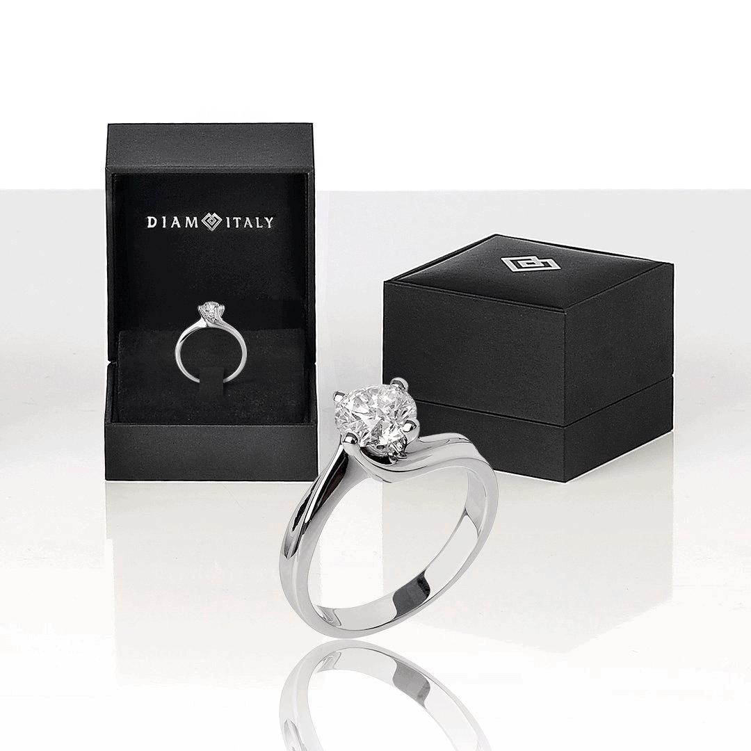 """Anello solitario """"Valentina"""" in oro 18 kt e diamanti."""