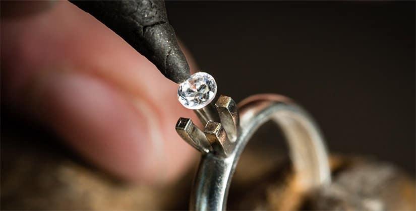 Montatura anello in oro giallo con un diamante