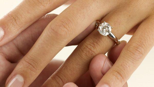 Per poterlo analizzare e non correre rischi è meglio scegliere prima il diamante e in seguito la montatura.